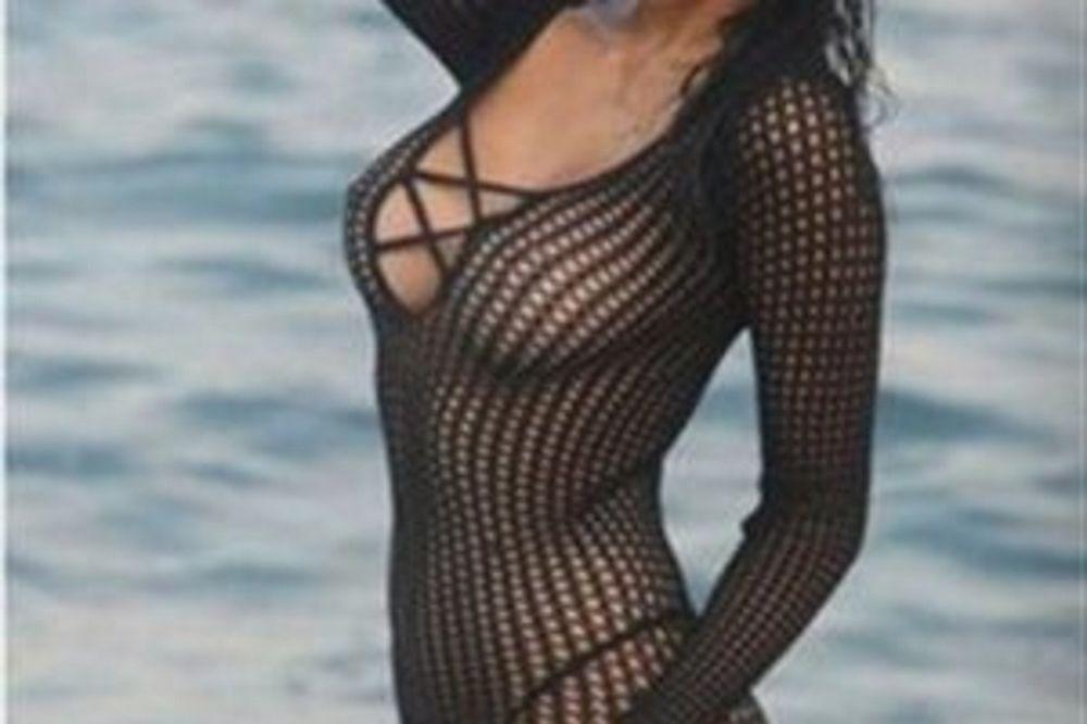 Ελληνίδα τραγουδίστρια ποζάρει χωρίς εσώρουχο (photos)