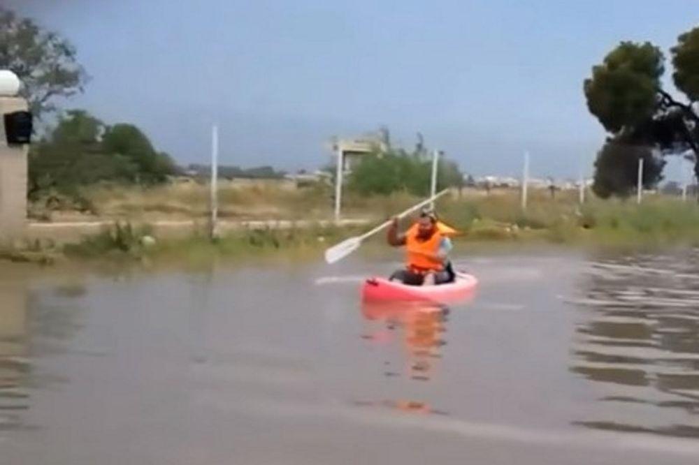 Επικό! Βγήκε με το κανό στην πλημμυρισμένη Γλυφάδα! (video)