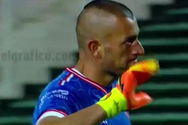 Επικό! Τερματοφύλακας δείχνει στον διαιτητή ότι τα πήρε! (video)