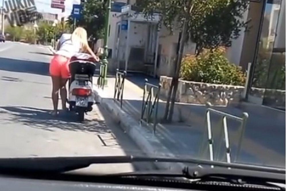 Δεν υπάρχει: Ρεσιτάλ ξανθιάς που προσπαθεί να βάλει μπροστά το σκούτερ (video)