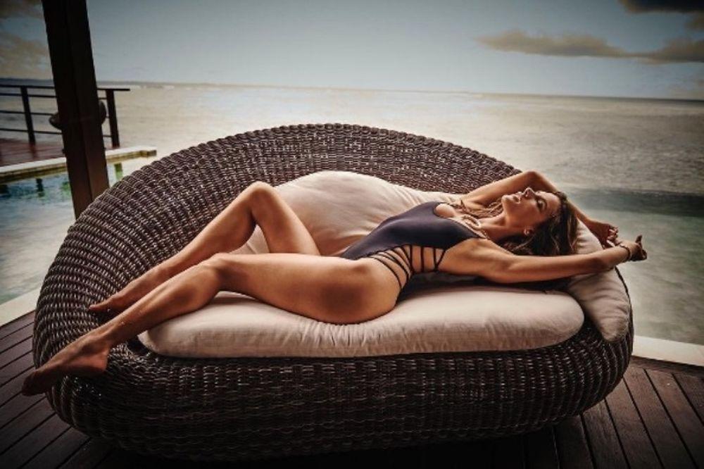 Θα λιώσεις: Η Αλεσάντρα Αμπρόσιο όπως τη γέννησε η μανούλα της (photo)