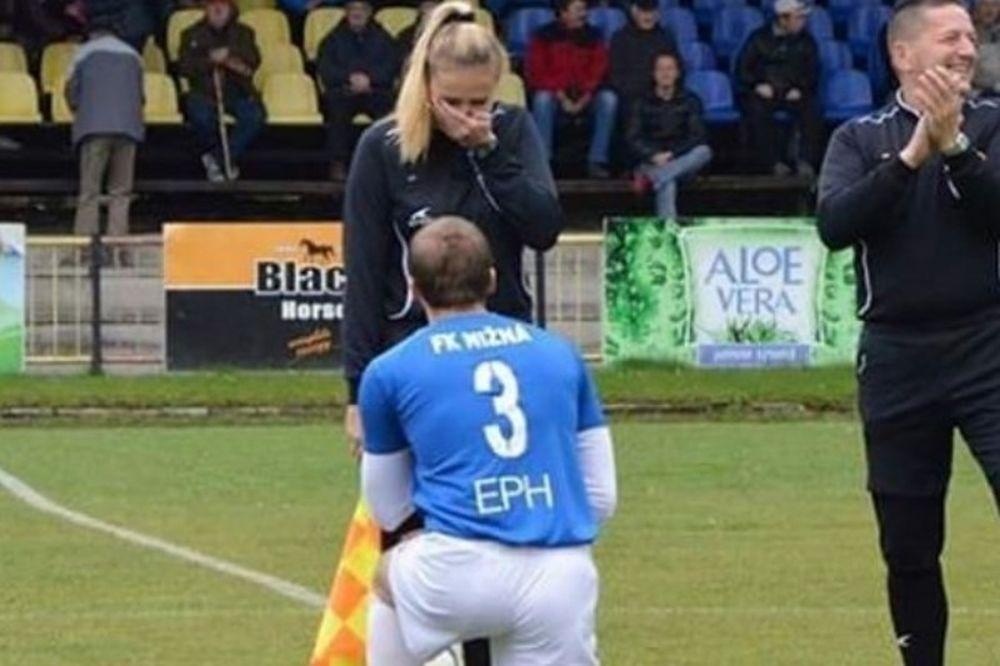 Παίκτης έκανε πρόταση γάμου σε επόπτρια την ώρα του αγώνα (video)
