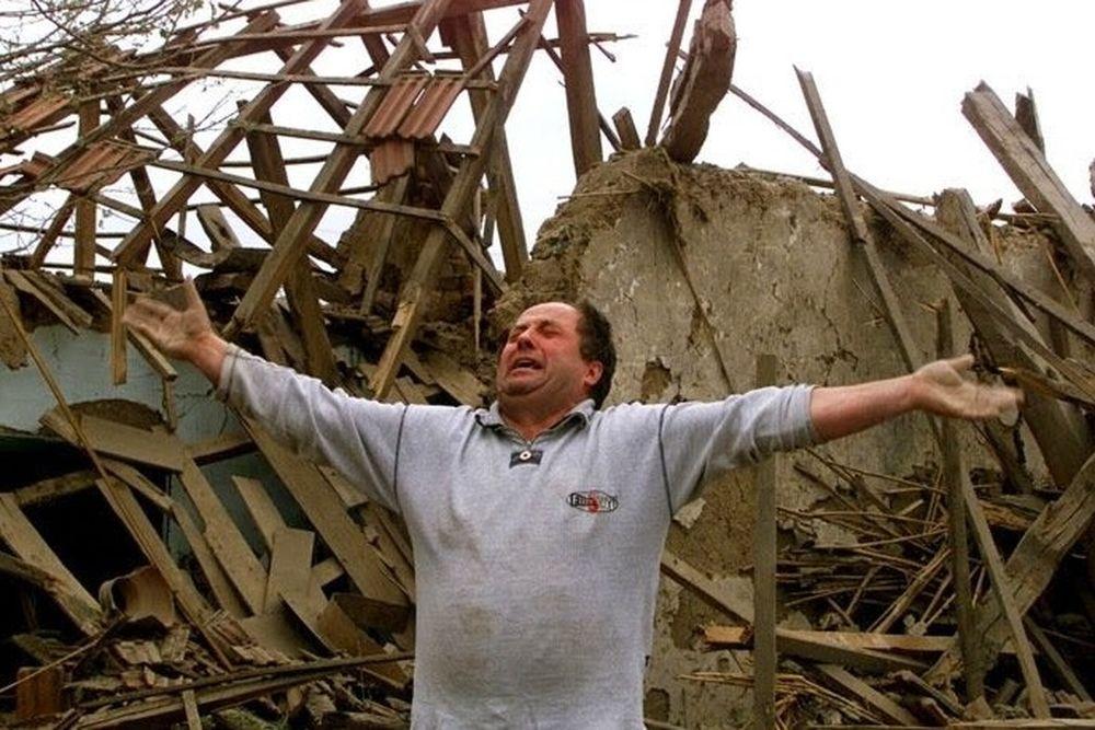 Κλίντον; Α ναι, αυτοί που ισοπέδωσαν τη Γιουγκοσλαβία…