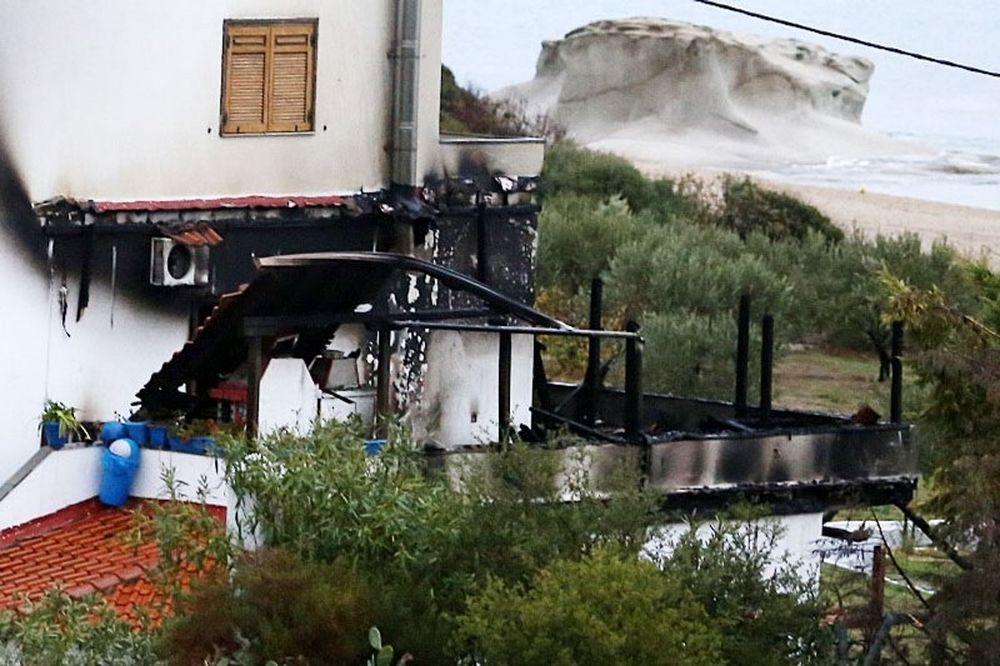 Σοκάρουν οι εικόνες από το καμένο σπίτι του Μπίκα (pics & vid)
