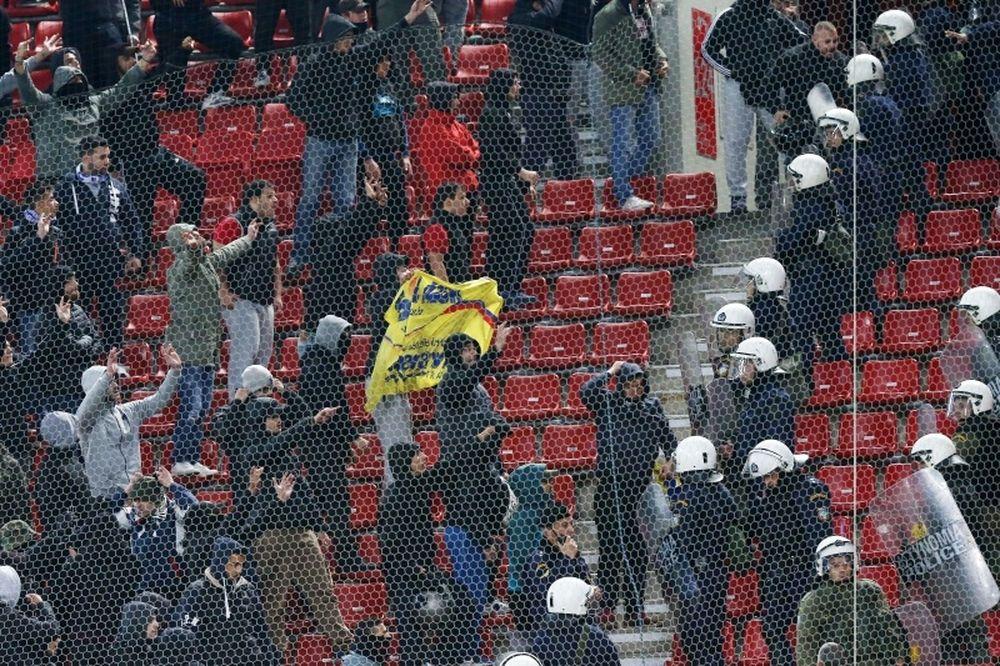 Χαμός στο «Γ. Καραϊσκάκης»: Πήραν πανό των Βόσνιων Έλληνες οπαδοί, έπεσαν μπουκάλια!
