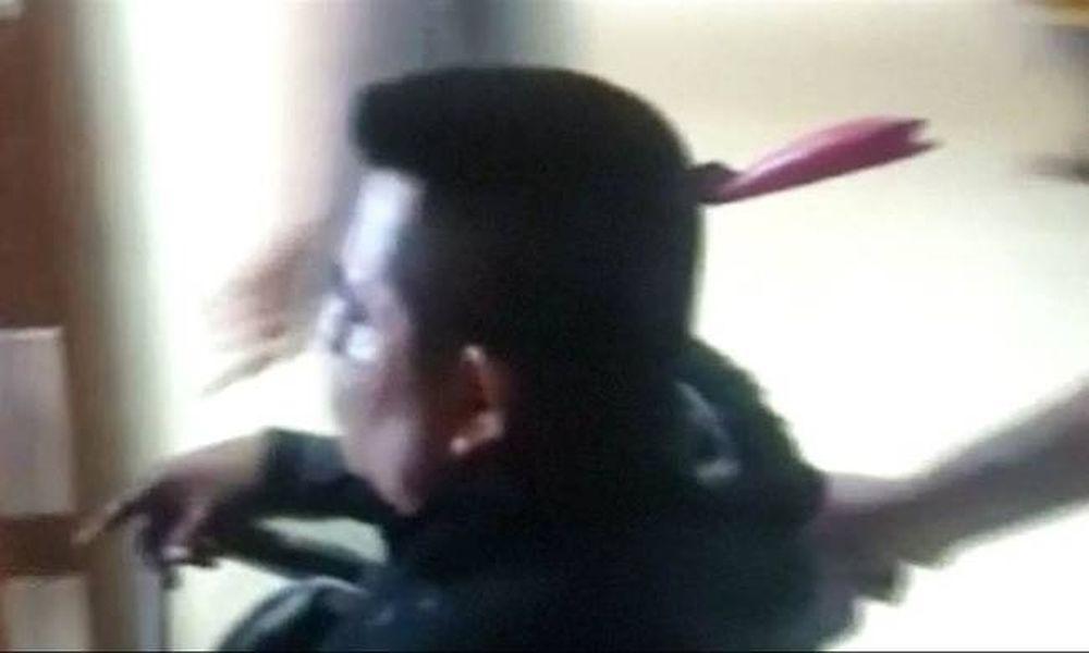 Βίντεο σοκ: Περπάτησε μέχρι το νοσοκομείο με ένα μαχαίρι καρφωμένο στο κεφάλι του!