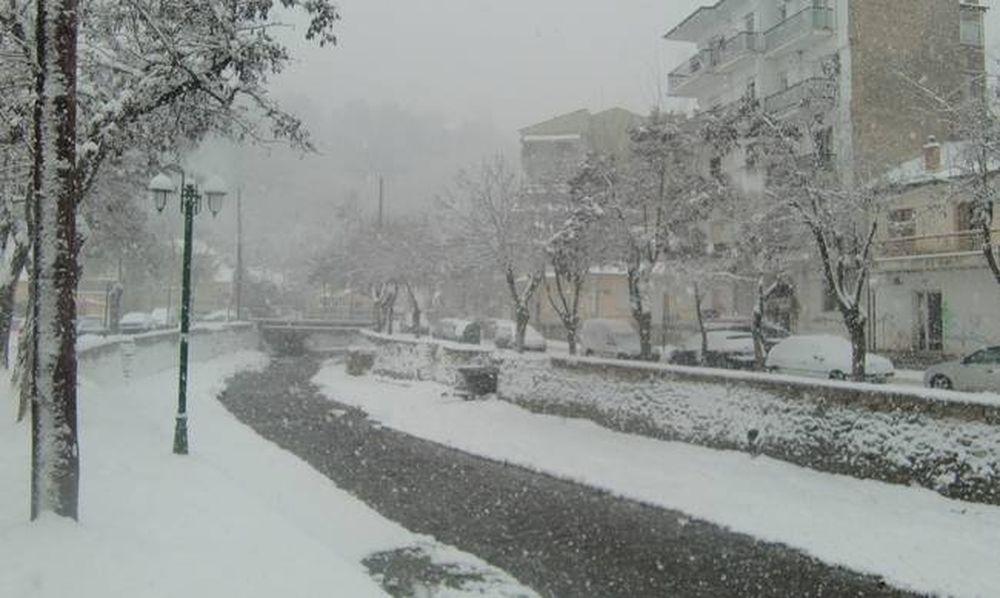 Καιρός: Δείτε πού έπεσαν τα πρώτα χιόνια στην Ελλάδα (videos&photos)