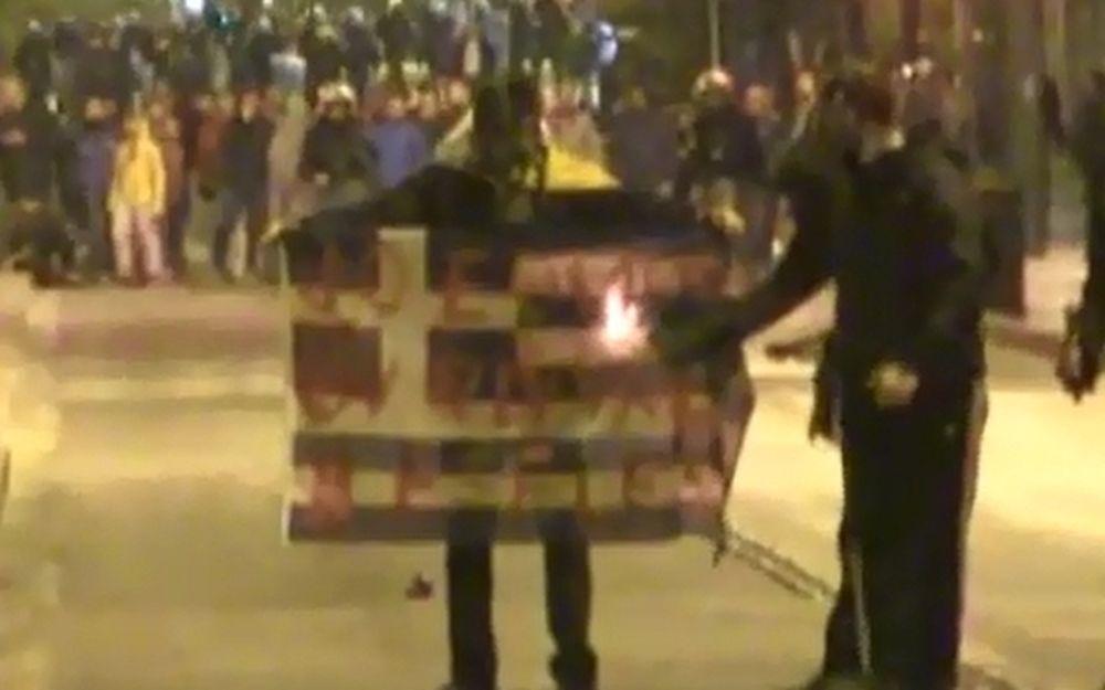 Επεισόδια Πολυτεχνείο: Οργή! Σκίζουν και καίνε ελληνικές σημαίες (vid)