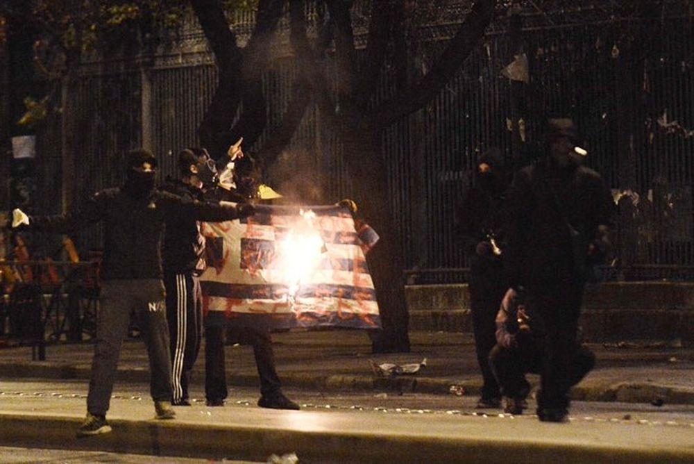 Βλάκα, η σημαία δεν είναι το Κράτος! Είναι η μάνα σου, ο πατέρας σου κι ο παππούς σου…
