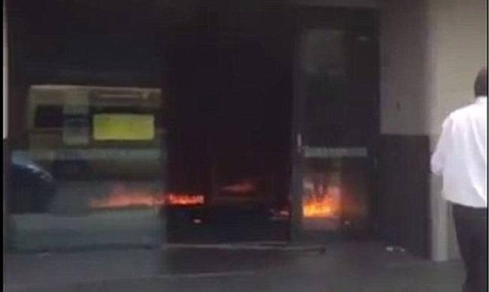Βίντεο σοκ: Άντρας αυτοπυρπολήθηκε μέσα σε τράπεζα - Τουλάχιστον 27 τραυματίες (pics+vids)