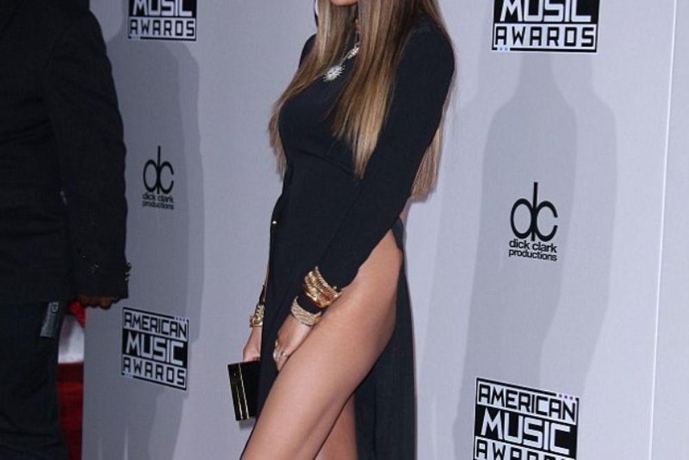 Καυτό ατύχημα! Διάσημη τραγουδίστρια μας το… έδειξε στα American Music Awards (photos+video)