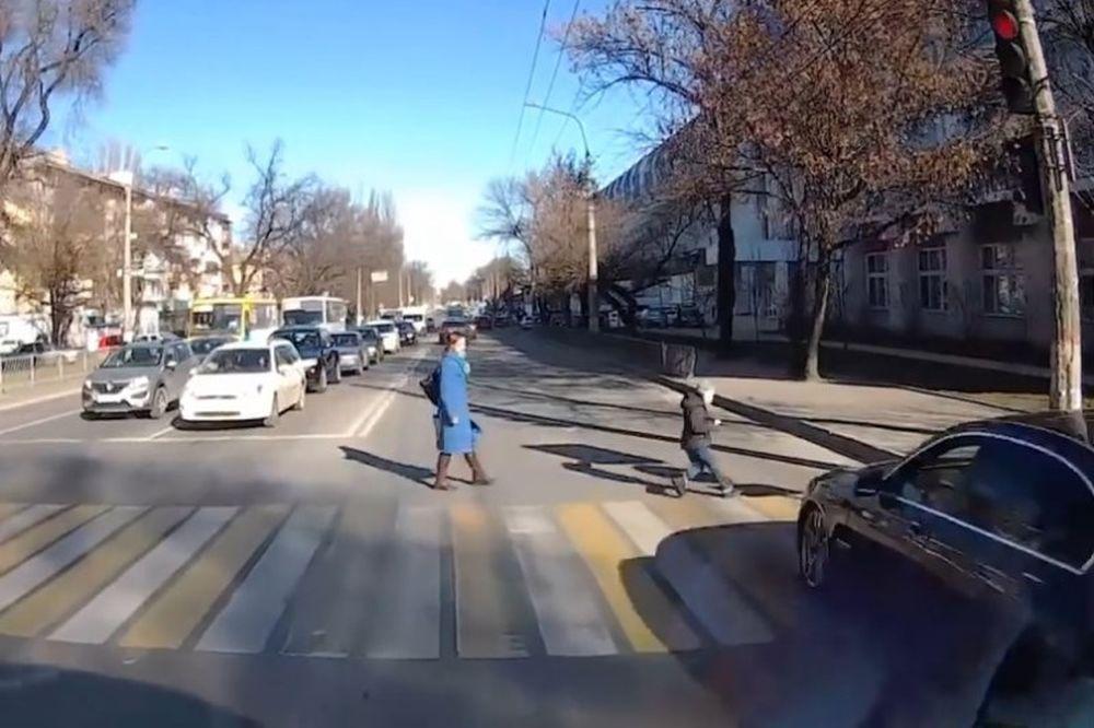 ΣΚΛΗΡΕΣ ΕΙΚΟΝΕΣ! Αυτοκίνητο χτυπά με δύναμη και… εκσφενδονίζει μικρό αγόρι! (photos+video)