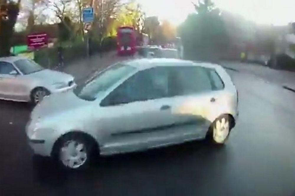Τρομακτικό ατύχημα! Αυτοκίνητο χτύπησε ποδηλάτη και εξαφανίστηκε! (video)
