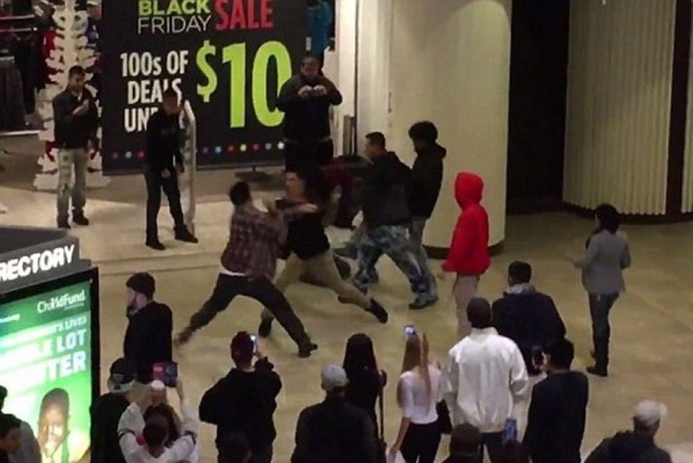 Black Friday: Τρελό ξύλο σε εμπορικό για μία… θέση! (video)