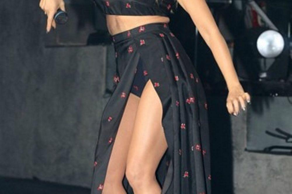 ΑΥΤΑ ΕΙΝΑΙ! Ελληνίδα τραγουδίστρια ΚΟΛΑΣΕ στην πίστα με το… σκίσιμο και τις ποδάρες της! (photos)