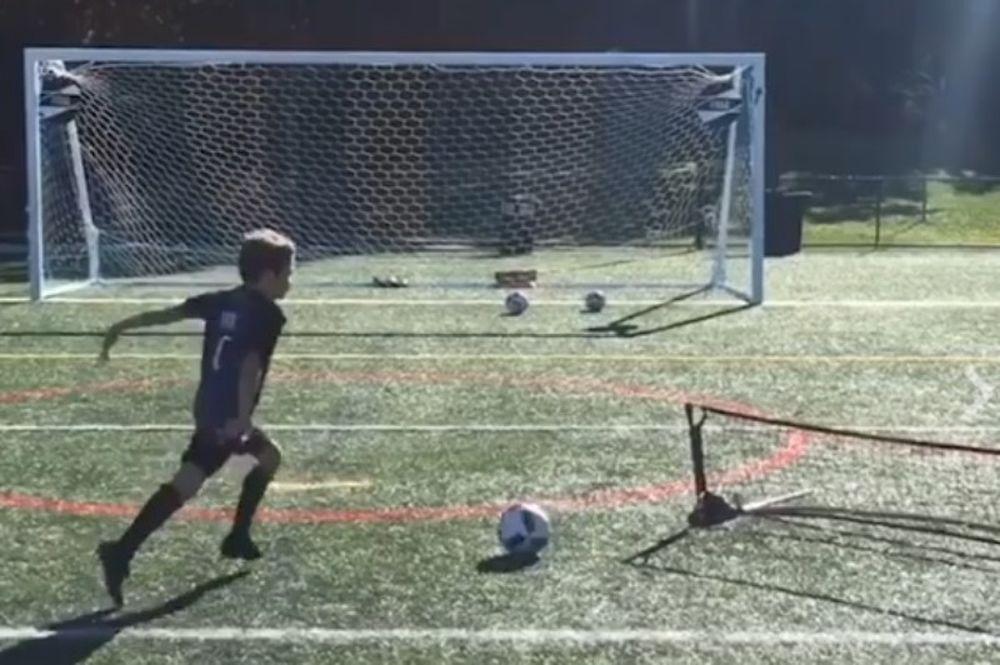 Αυτός ο 8χρονος κλωτσάει το τόπι καλύτερα από εσένα (video)