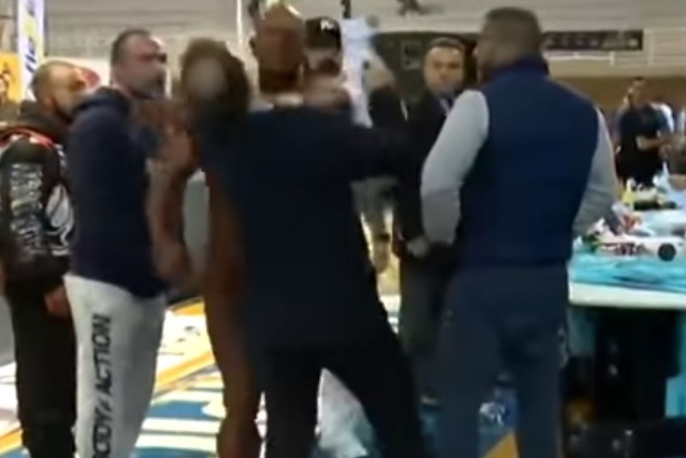 Έλληνας μπόντιμπιλντερ ξαπλώνει κριτή στο πάτωμα με χαστούκι (video)