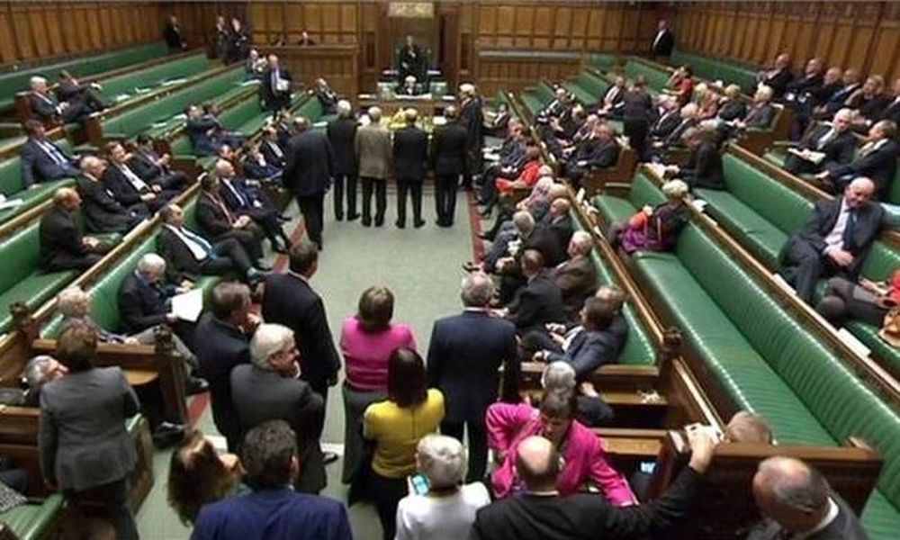 Βουλευτής σοκάρει περιγράφοντας τον βιασμό της σε ηλικία 14 ετών (vid)