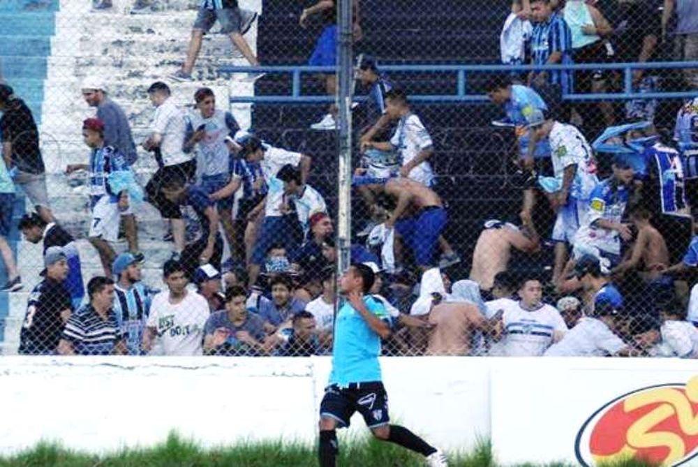 Απίστευτο! Ποδοσφαιριστής πυροβολήθηκε από αστυνομικό σε επεισόδια! (photos+video)