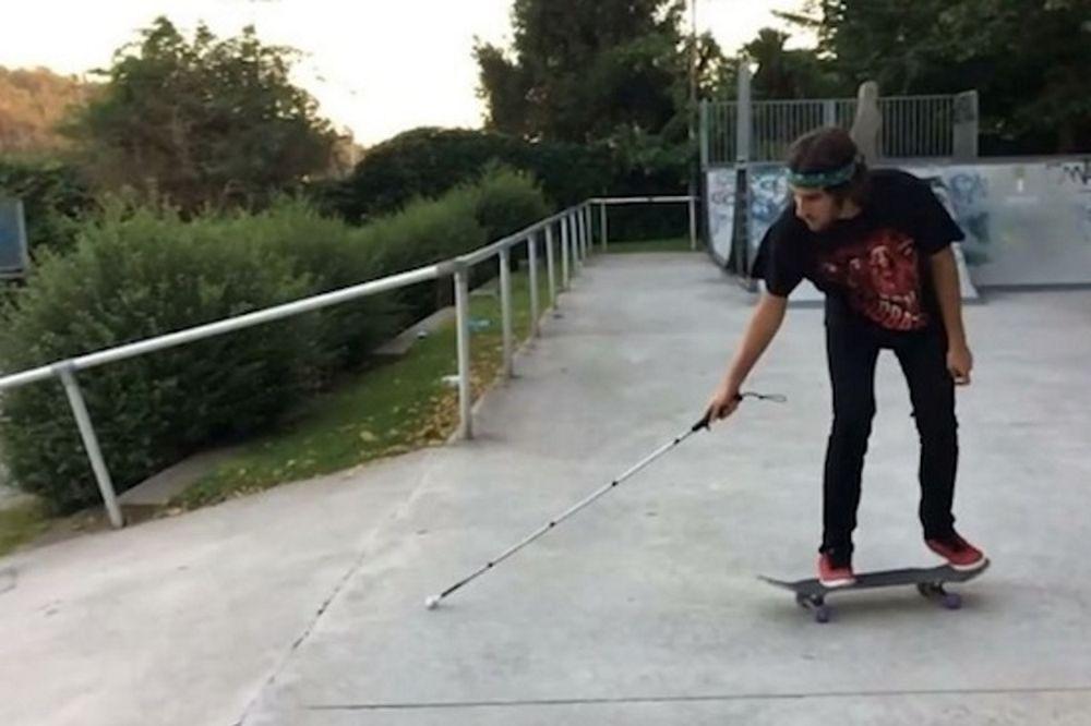 Τυφλός κάνει skate με τη δύναμη της ψυχής του (video)