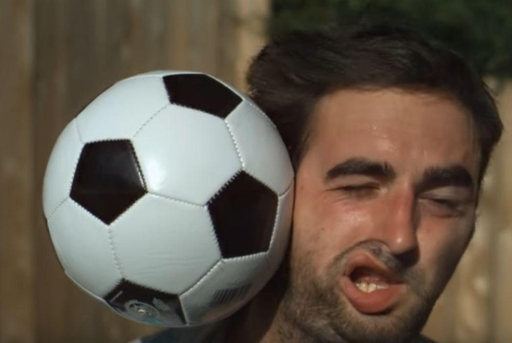 Μπάλα ποδοσφαίρου vs κεφάλι (video)