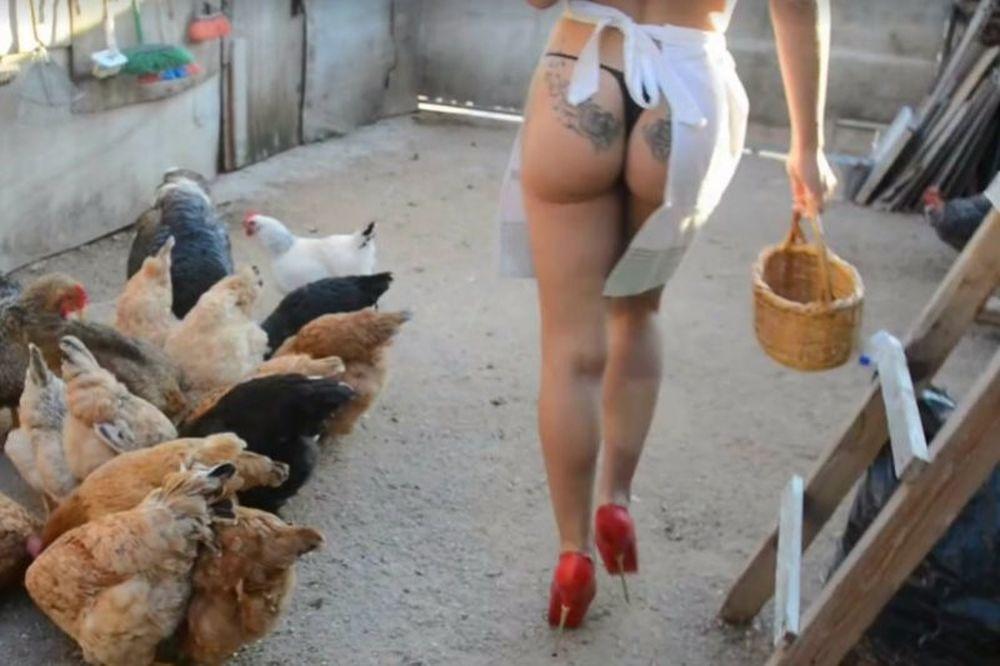 Εγκεφαλικό: Η μούσα του Σειρηνάκη ταΐζει τις κότες με στρινγκ και ψιλοτάκουνα! (vid)