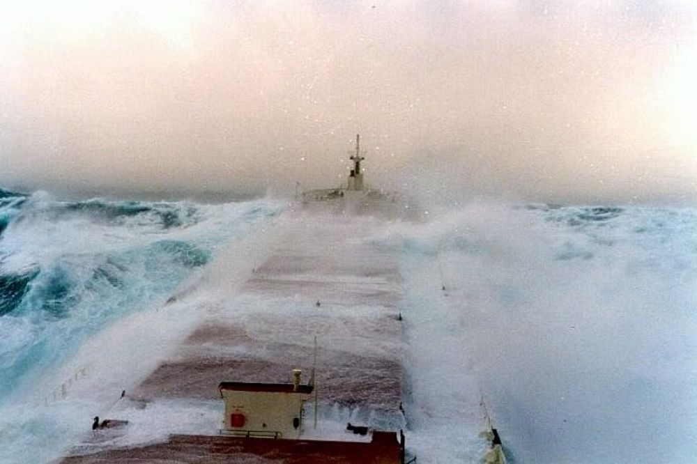 Τρομακτικό: Όταν τα πλοία «παλεύουν» με τεράστια κύματα (video)