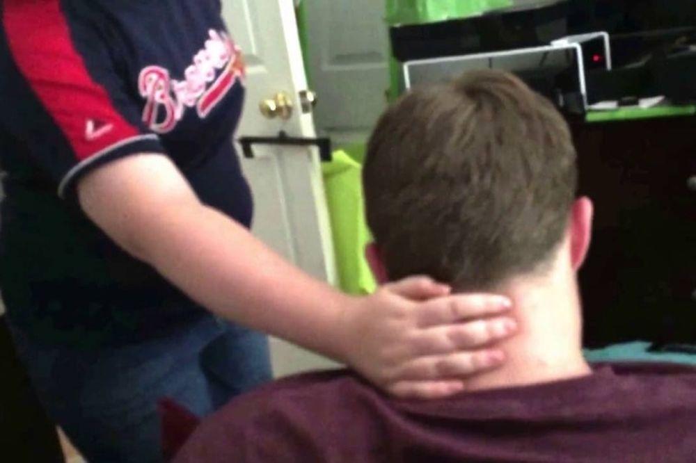 Επικό! Τον έψησε να ρίχνει φάπες στον εαυτό του! (video)