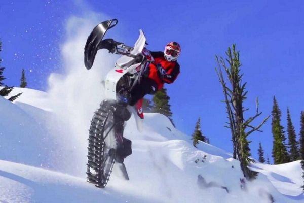 Επικό snowbiking σε χιονισμένες πλαγιές (video)