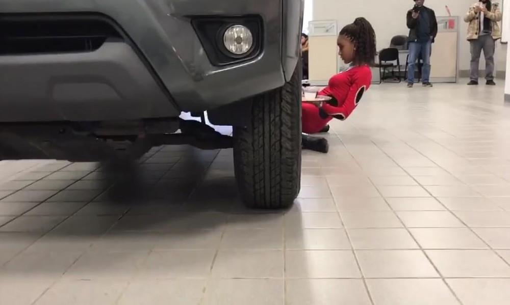Viral: Έκανε limbo κάτω από αυτοκίνητο