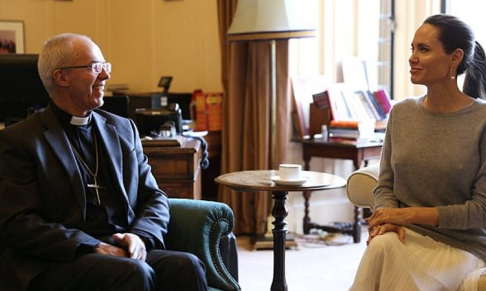 Χαμός: Η Τζολί συναντήθηκε με Αρχιεπίσκοπο αλλά δεν φορούσε σουτιέν