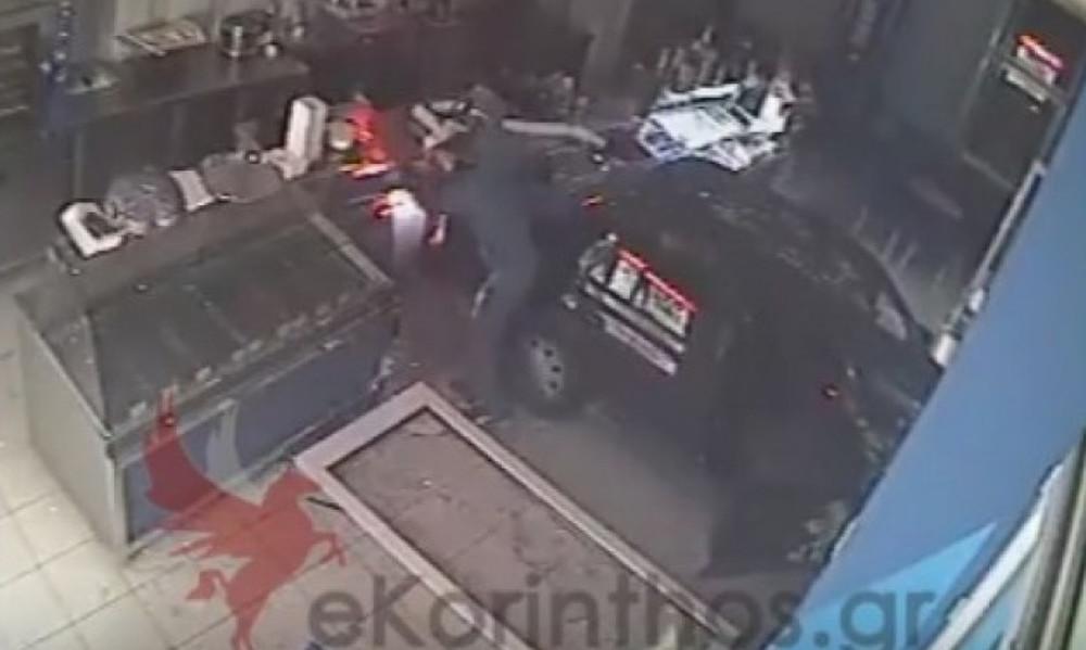 Απίστευτο βίντεο: Μπούκαρε με το αμάξι μέσα στο μαγαζί, το «άδειασε» κι έφυγε!
