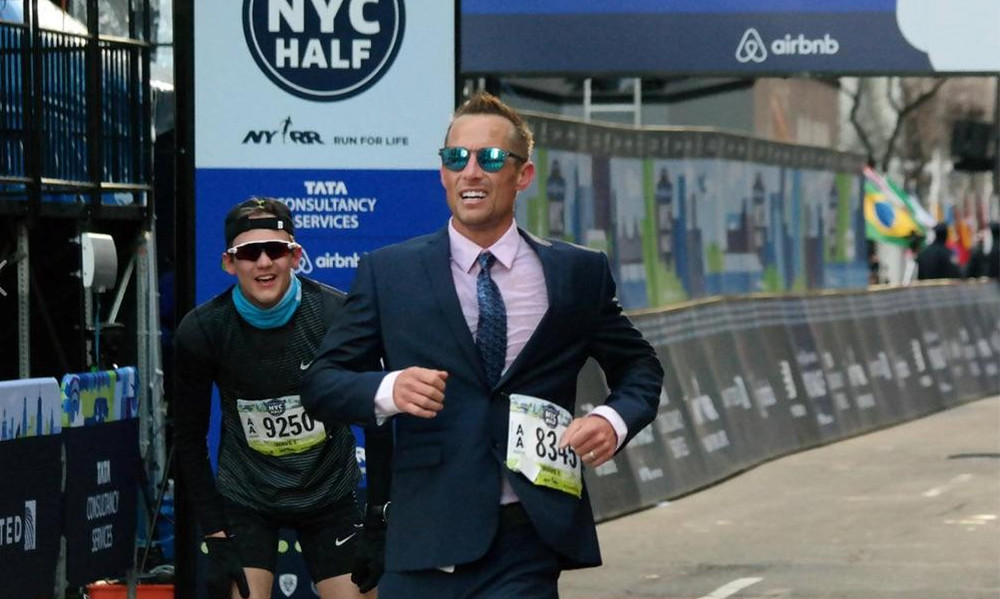Eπικός: Έτρεξε με κοστούμι τον ημιμαραθώνιο και έκανε ρεκόρ!