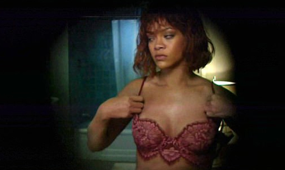 Η Rihanna αναπαριστά γυμνή τη σκηνή του «Ψυχώ»!