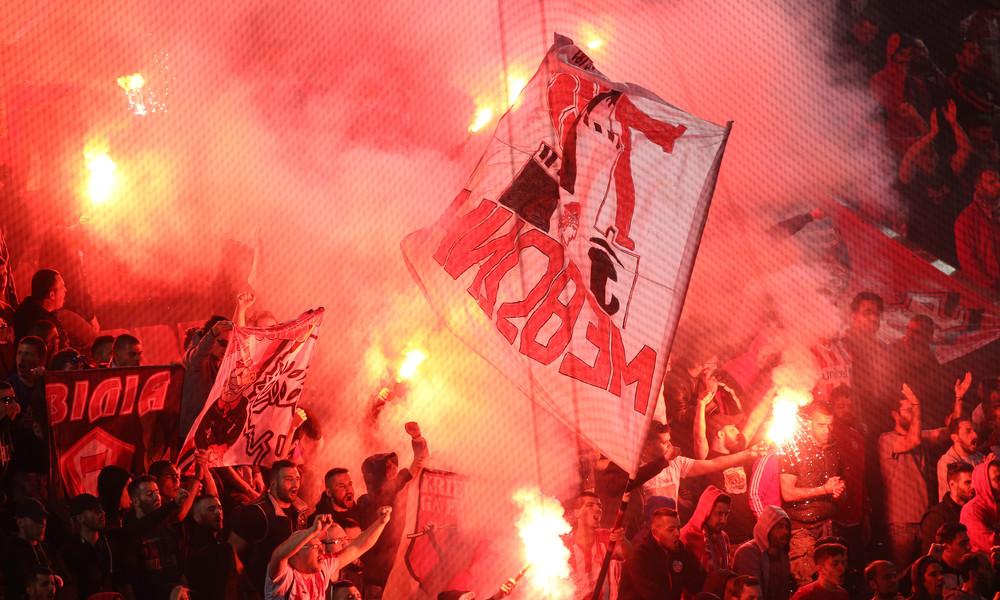 Χαμός στο Φάληρο: Συμπλοκές οπαδών με ΜΑΤ έξω από τα αποδυτήρια!
