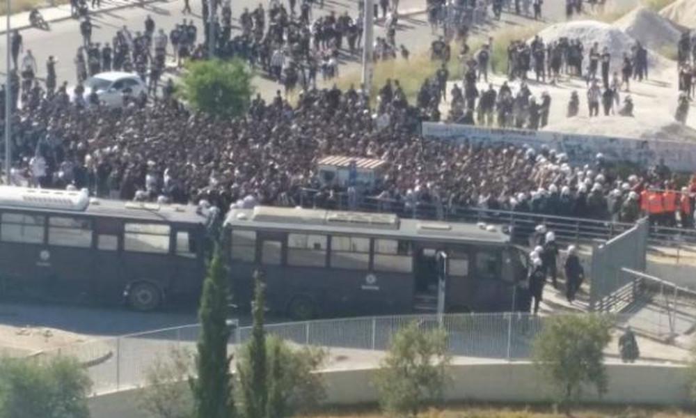 ΠΑΟΚ-ΑΕΚ: Οπαδοί μπουκάρουν χωρίς αυτοκόλλητο και πηδούν φράχτες στο Πανθεσσαλικό!