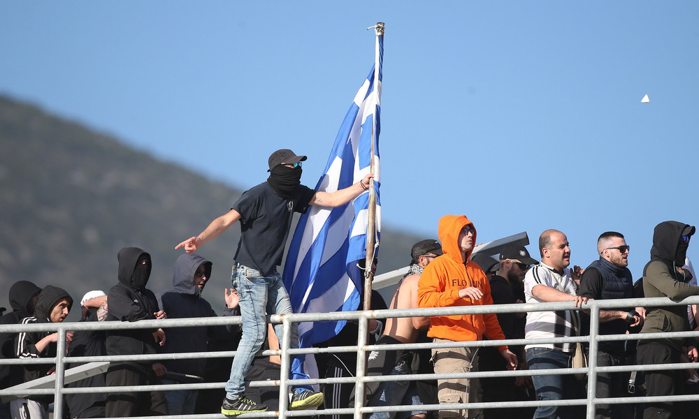 ΠΑΟΚ-ΑΕΚ: Αίσχος - Προσπάθησαν να ξηλώσουν το κοντάρι με την ελληνική σημαία για να πλακωθούν!