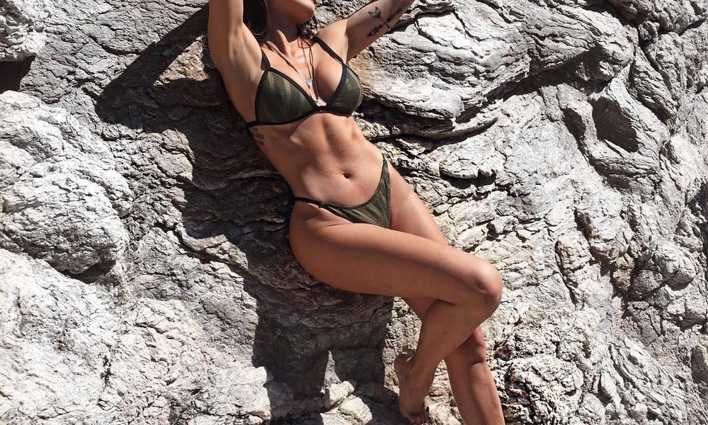 Διάσημη Ελληνίδα κολάζει με την κορμάρα της στα βράχια!