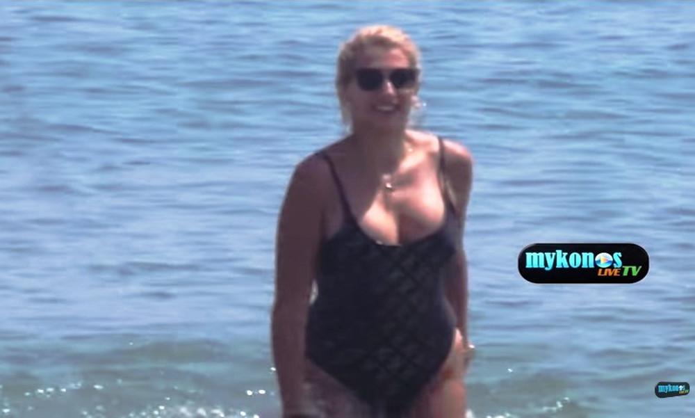 Η Κωνσταντίνα Σπυροπούλου κόλασε τη Μύκονο με τις καμπύλες της!