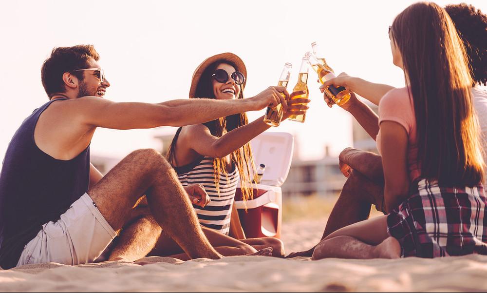 3 τρόποι για να κρατήσεις τις μπύρες σου παγωμένες στην παραλία!