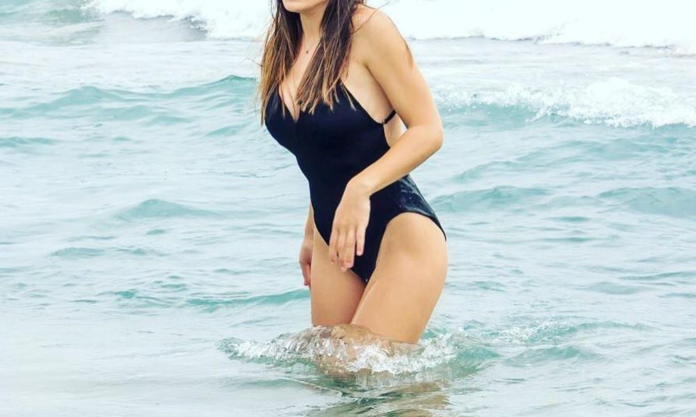 Παρουσιάστρια στην Ελλάδα αναστατώνει με καυτές πόζες με μαγιό!
