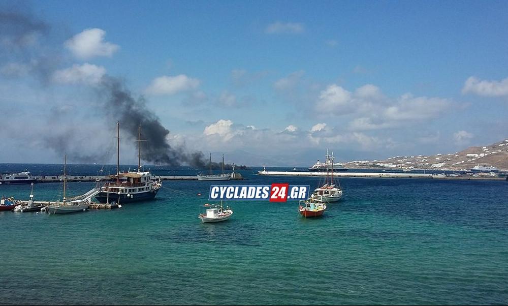 Ανατριχιαστικό βίντεο! Φωτιά σε σκάφος στην Μύκονο – Βούτηξε στη θάλασσα να σωθεί το πλήρωμα (video)