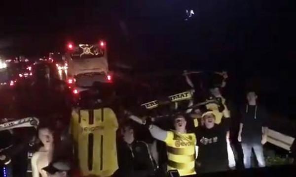 Επικό! Οπαδοί της Ντόρτμουντ αποθεώνουν τους παίκτες κολλημένοι στην κίνηση! (video)