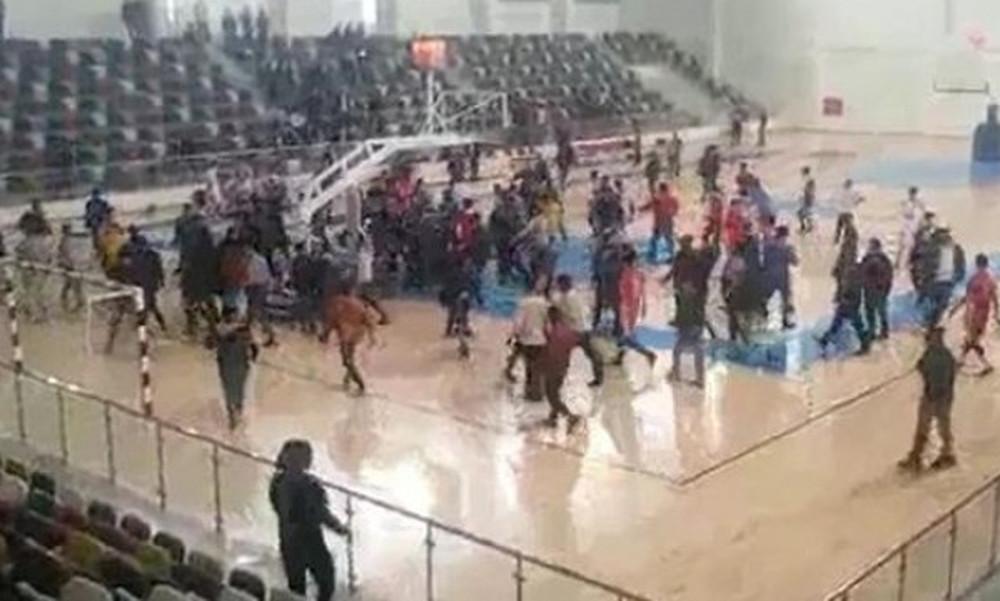 Απίστευτο ξύλο σε σχολικό αγώνα μπάσκετ (vid)
