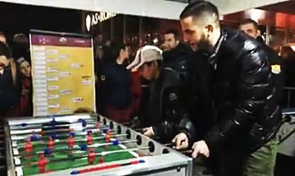Δίδαξε μπάλα και στο ποδοσφαιράκι ο Μανωλάς! (video)