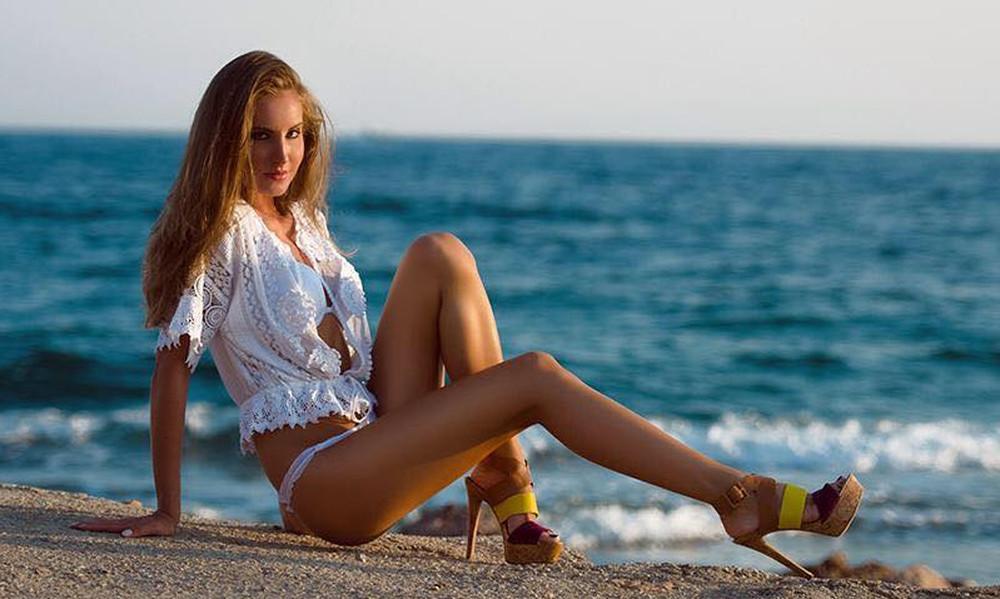 Η Ελληνίδα τραγουδίστρια αναστατώνει με την κορμάρα της
