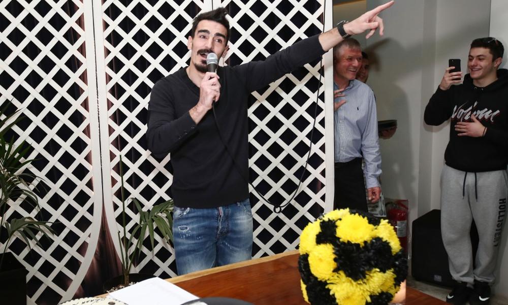 ΕΠΟΣ: Ο Λάζαρος Χριστοδουλόπουλος έπιασε μικρόφωνο - Ποιο τραγούδι είπε στην κοπή της πίτας (video)