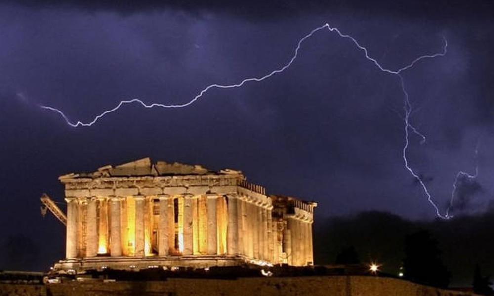 Καιρός: Η απίστευτη φωτογραφία από την Αθήνα την ώρα που ο «Θησέας» σκέπαζε την πρωτεύουσα