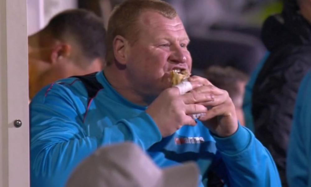 ΕΠΙΚΟ! Ποδοσφαιριστές τρώνε την ώρα του αγώνα (video)