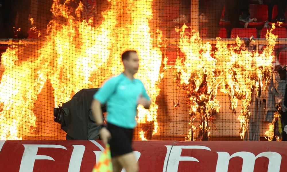 Ολυμπιακός-ΑΕΚ: Έβαλαν φωτιά στο γήπεδο! (photos)